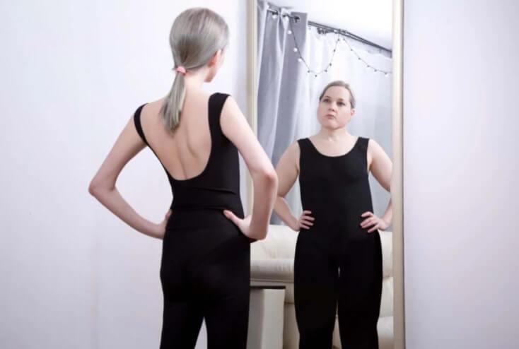 γυναίκα που βλέπει τον εαυτό της χονδρό