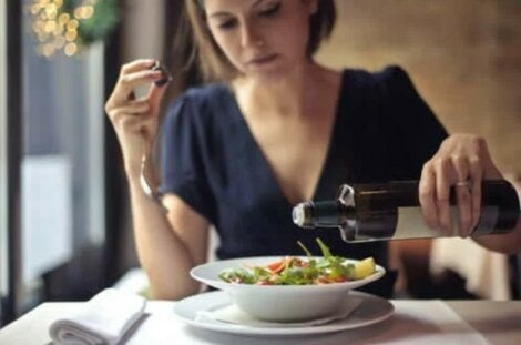 γυναίκα τρώει σαλάτα