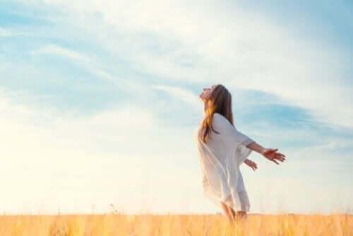 Γυναίκα αναπνέει καθαρό αέρα