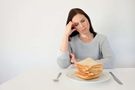 Γυναίκα κοιτά πιάτο με φέτες ψωμιού κοιλιοκάκη σε παιδιά