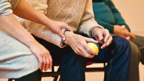 Γυναίκα κρατά το χέρι άνδρα