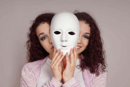 Γυναίκα με διπολική διαταραχή κρατά μάσκα