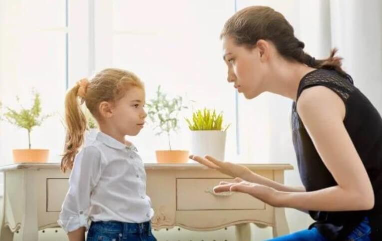 μητέρα μαλώνει την κόρη
