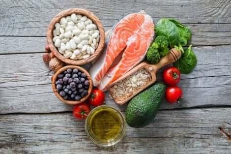 Λαχανικά, φρούτα, και κρέας πάνω σε τραπέζι