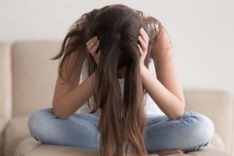 Μία γυναίκα με σκυμμένο το κεφάλι- κατάθλιψη στους φίλους