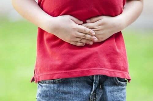 Παιδί πιάνει το στομάχι του