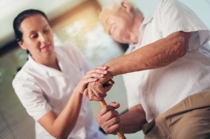 ηλικιωμένος και νοσοκόμα
