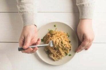 Μπορώ να φάω μακαρόνια και ρύζι το βράδυ;