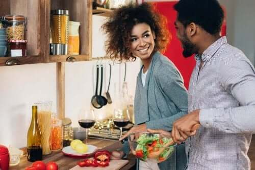 Ζευγάρι μαγειρεύει μαζί