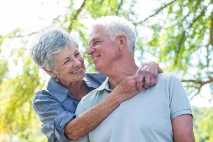 αγκαλιά ηλικιωμένων