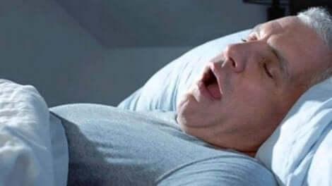 Άνδρας ροχαλίζει στον ύπνο του