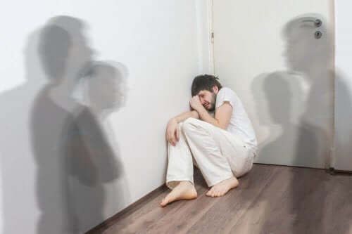 Άνδρας στη γωνία ενός δωματίου