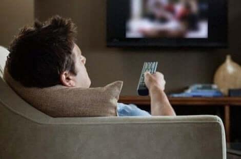 Άνδρας βλέπει τηλεόραση