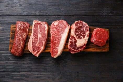 Διάφορα κόκκινα κρέατα σε σανίδα κοπής