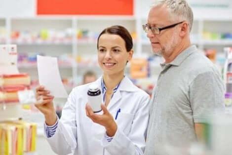 Φαρμακοποιός δείχνει φάρμακα σε άνδρα