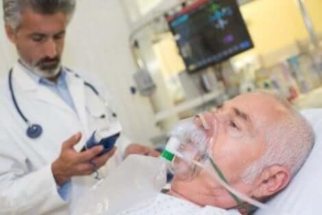 Γιατρός ελέγχει ασθενή