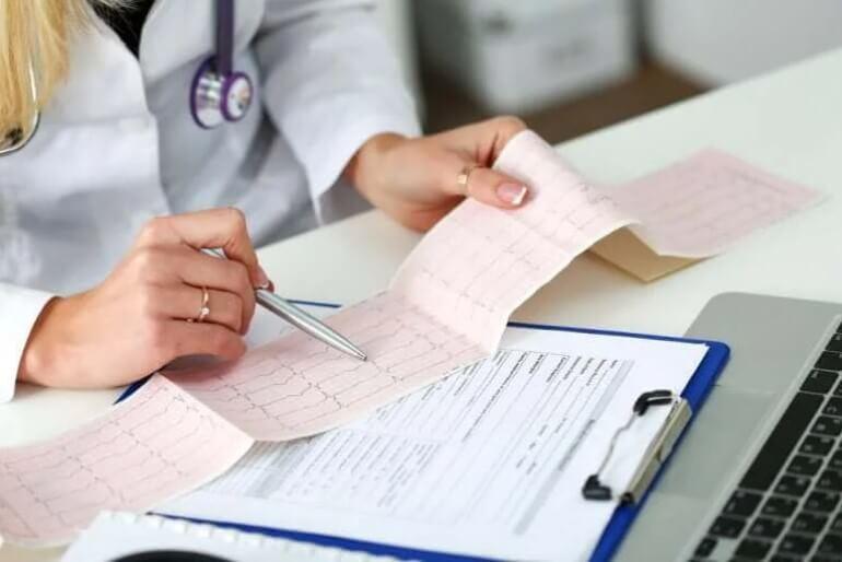 γιατρός κοιτάει καρδιογράφημα