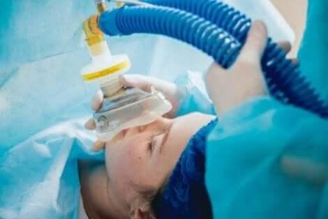 Γυναίκα ετοιμάζεται να λάβει αναισθησία