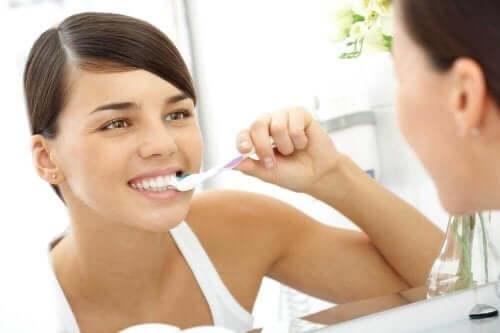 Γυναίκα βουρτσίζει τα δόντια της