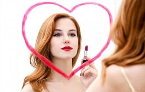 Γυναίκα ζωγράφισε καρδιά σε καθρέφτη