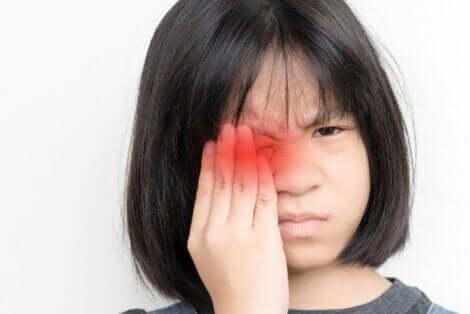 Κοριτσάκι κλείνει το ένα της μάτι