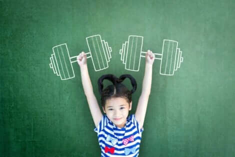 Κοριτσάκι κρατά ζωγραφιστά βάρη
