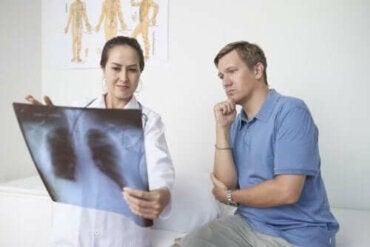 Πλευρίτιδα: Συμπτώματα, αιτίες, και αντιμετώπιση