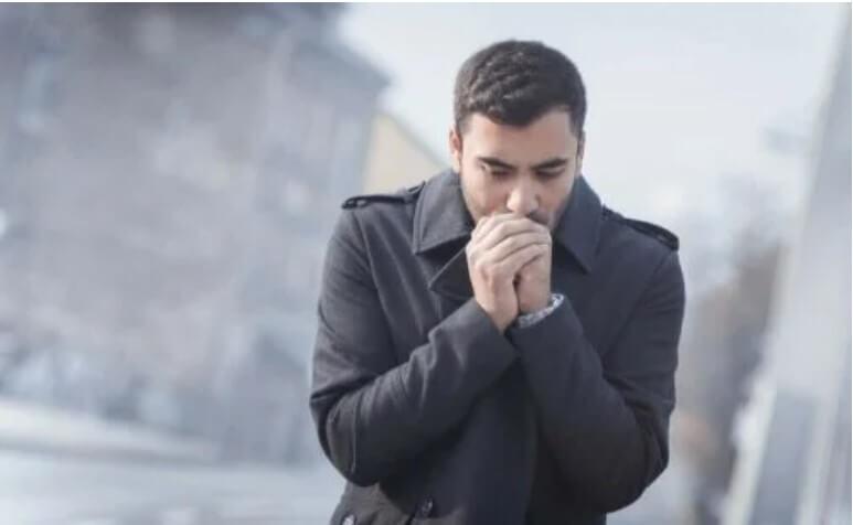 άνδρας που κρυώνει