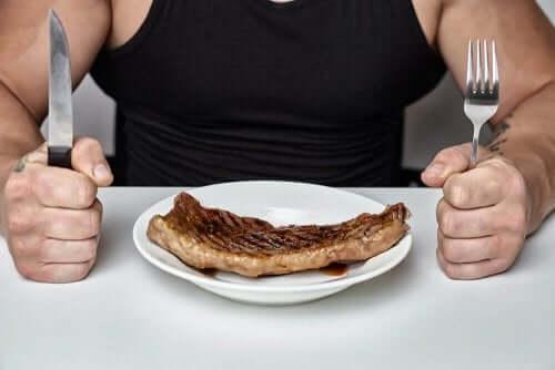 Άνδρας μπροστά σε ένα πιάτο με μπριζόλα