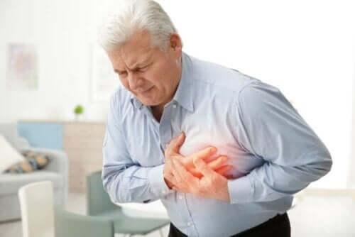 Άνδρας πιάνει το στήθος τους στο ύψος της καρδιάς