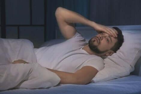 Άνδρας στο κρεβάτι δε μπορεί να κοιμηθεί