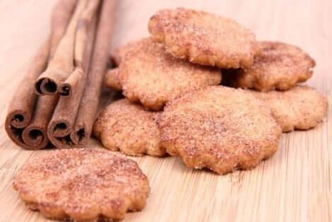 Μπισκότα και ξύλα κανέλας