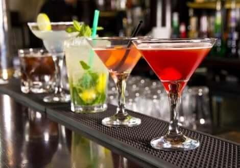 Διάφορα αλκοολούχα ποτά πάνω σε μπάρα