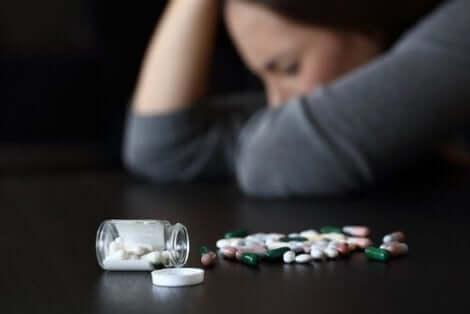 Διάφορα χάπια πάνω σε τραπέζι
