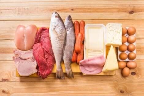 Διάφορα ωμά τρόφιμα σε πάγκο