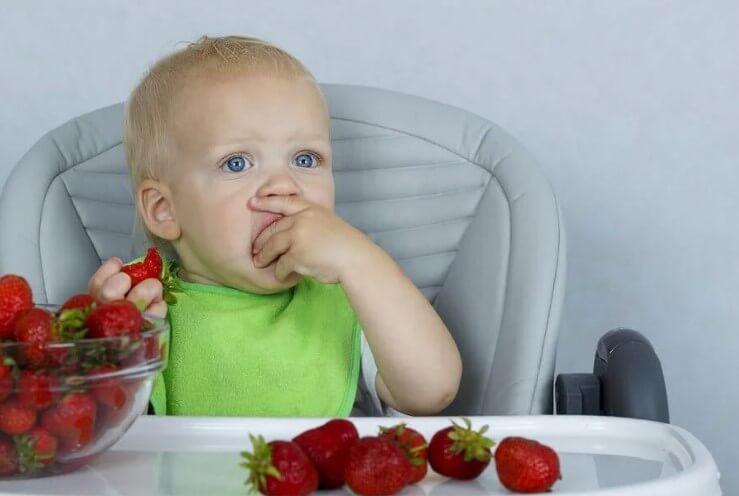 μωρό τρώει φράουλες