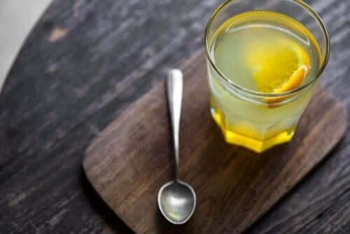Ένα ποτήρι με χυμό λεμονιού