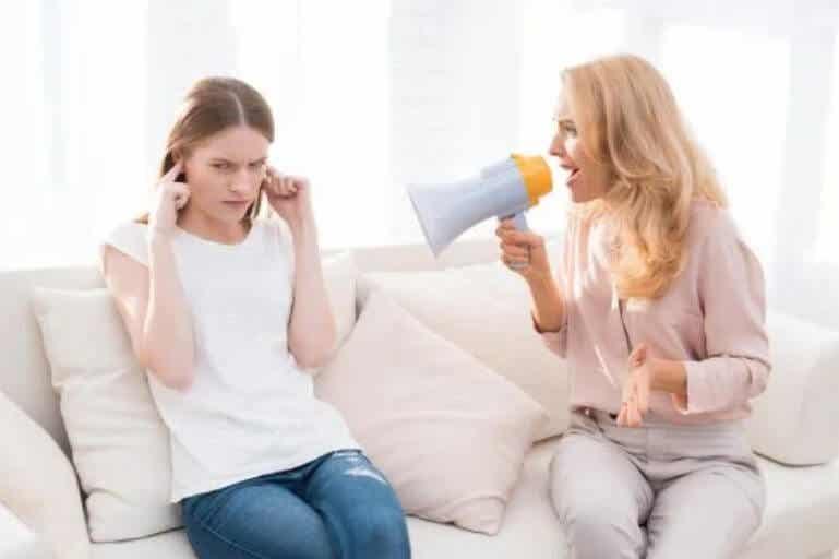 Το να φωνάζετε στα παιδιά τα βλάπτει μακροπρόθεσμα