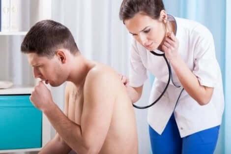 Γιατρός εξετάζει άνδρα που βήχει
