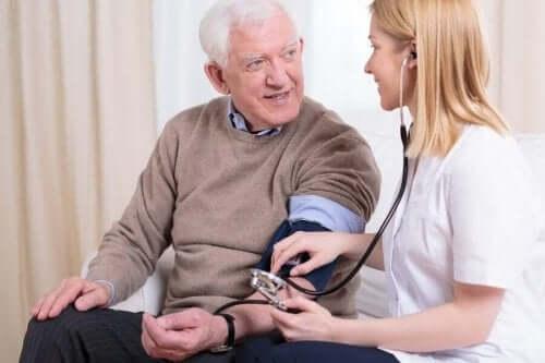 Γιατρός μετρά την πίεση ηλικιωμένου