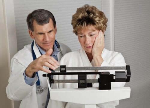 Γιατρός ζυγίζει γυναίκα