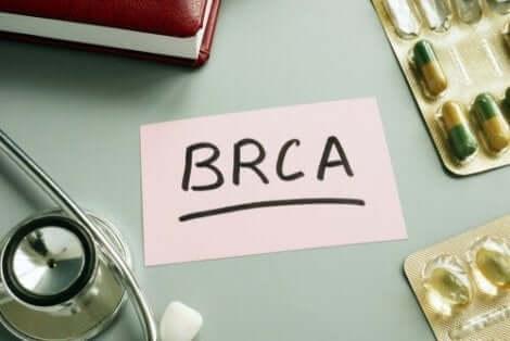 Γραφείο με χάπια και χαρτί που γράφει BRCA