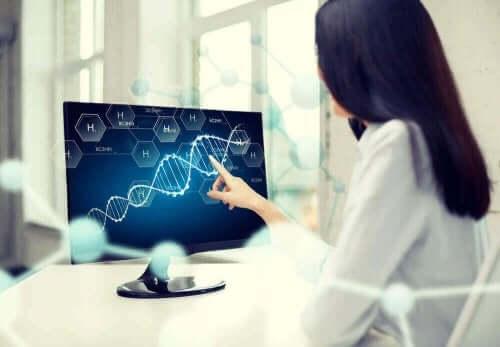 Γυναίκα δείχνει DNA σε οθόνη υπολογιστή