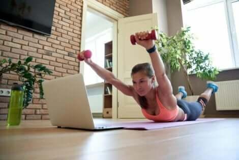 Γυναίκα κάνει την άσκηση σούπερμαν