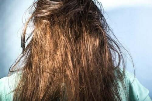 Γυναίκα με μπλεγμένα μαλλιά