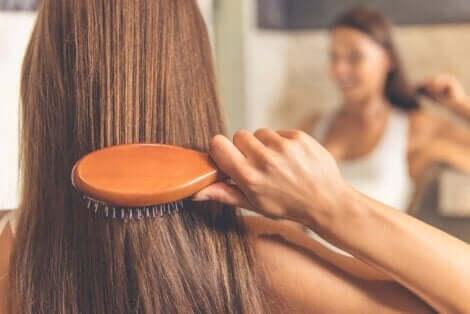 Γυναίκα βουρτσίζει τα μαλλιά της