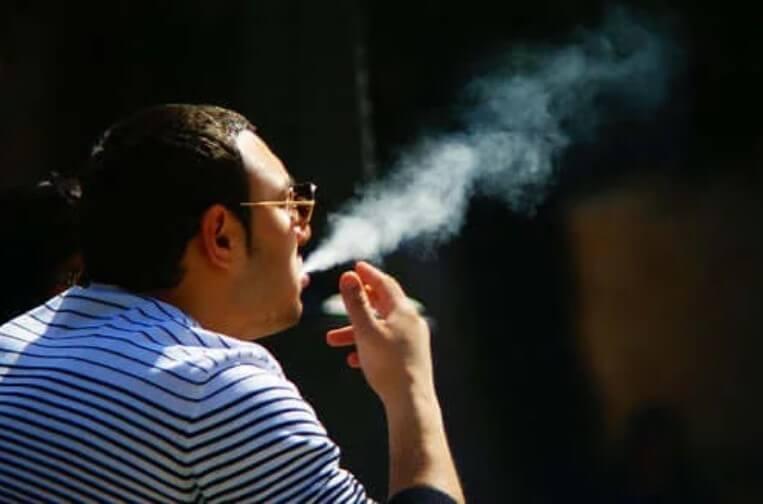 άνδρας καπνίζει