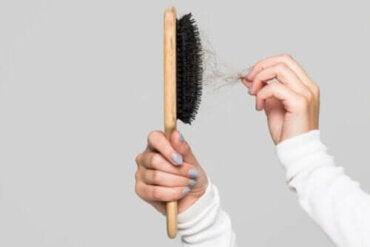 Κόλπα για το πώς να καθαρίζετε τη βούρτσα μαλλιών σας