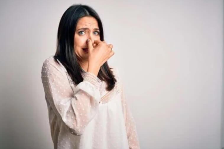γυναίκα που ενοχλείται από τη μυρωδιά