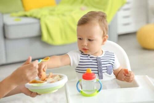 Μωρό πιάνει κομμάτι φαγητού